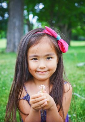 leo-rivas-2iqKxsN659U-unsplash Asian girl with daisies